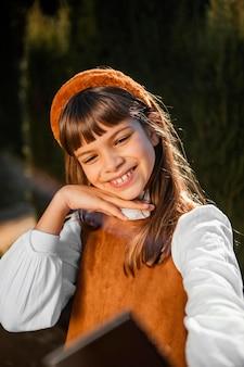 Retrato de uma menina bonita tirando uma selfie