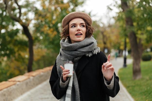 Retrato de uma menina bonita, vestida com roupas de outono