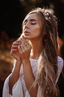 Retrato de uma menina bronzeada com dreadlocks no verão