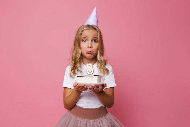 Retrato de uma menina chateada no chapéu de aniversário