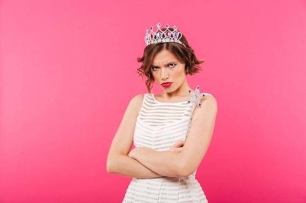 Retrato de uma menina chateada usando coroa