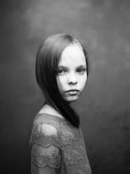 Retrato de uma menina closeup posando em preto e branco