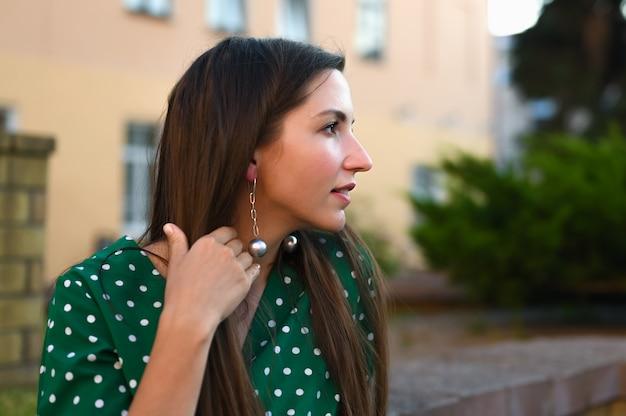 Retrato de uma menina com brincos redondos