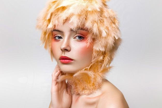 Retrato de uma menina com maquiagem moda em estúdio