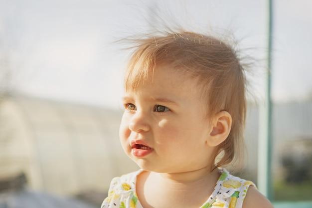 Retrato de uma menina com o cabelo solto e soprando no wind.hairstyle sem antiestático. tempo ventoso