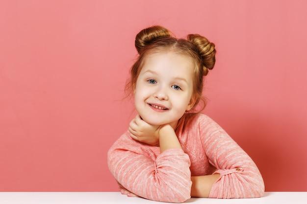 Retrato de uma menina com pães de cabelo.