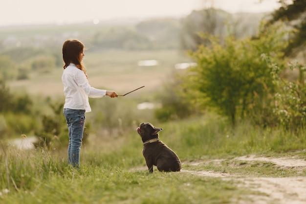 Retrato de uma menina com seu lindo cachorro
