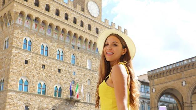Retrato de uma menina com um chapéu e uma blusa amarela