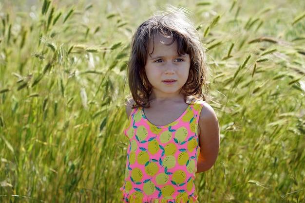 Retrato de uma menina com um fundo de picos verdes