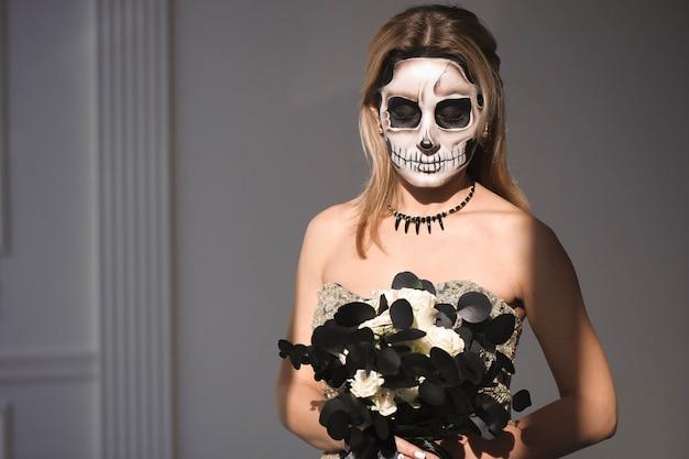 Retrato de uma menina com um homem inoperante da composição em halloween.