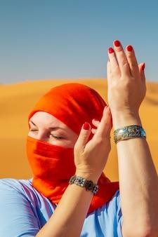 Retrato de uma menina com um lenço na cabeça. deserto do saara, erg chebbi, merzouga, marrocos.