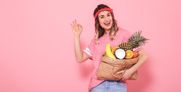 Retrato de uma menina com um saco com frutas isoladas