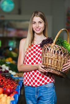 Retrato de uma menina com uma cesta de legumes