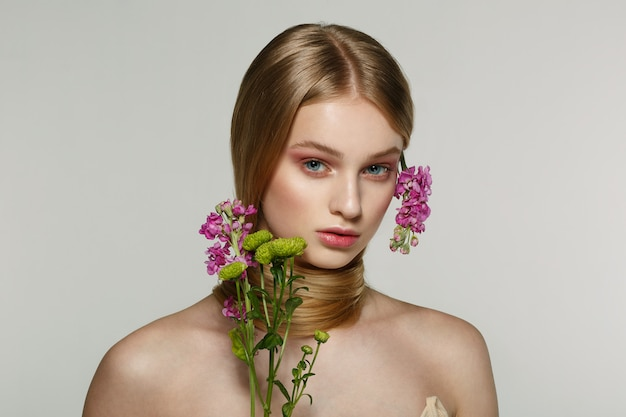 Retrato de uma menina com uma flor no cabelo