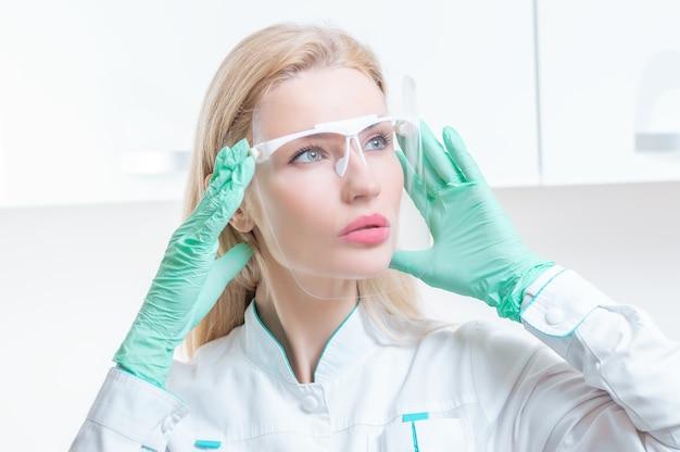 Retrato de uma menina com uma máscara protetora. conceito de cosmetologia, cirurgia plástica, indústria da beleza. mídia mista