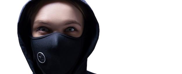 Retrato de uma menina com uma máscara protetora.