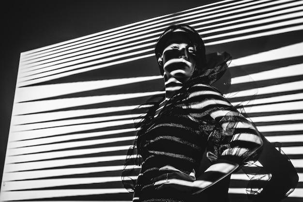 Retrato de uma menina com uma sombra no rosto. foto preto e branco