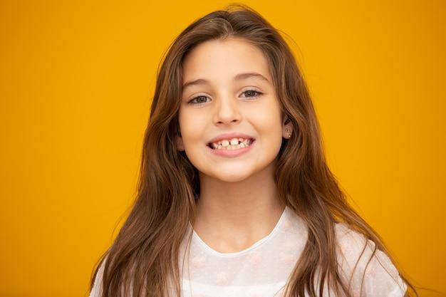 Retrato de uma menina criança feliz e sorridente