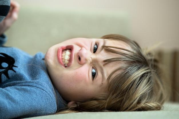 Retrato de uma menina criança muito zangado.