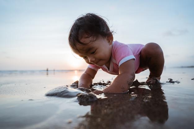 Retrato de uma menina curtindo brincar de férias na praia