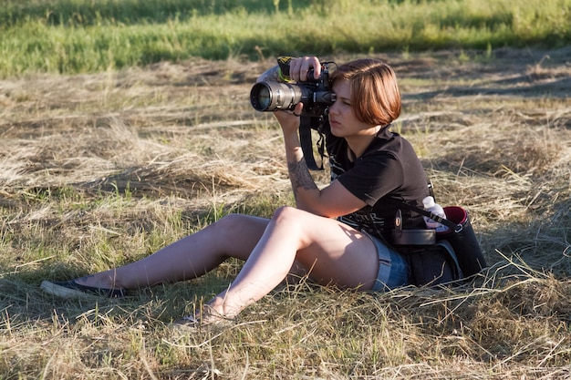 Retrato de uma menina de fotógrafo tira fotos da natureza e as pessoas no festival