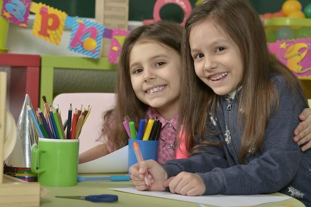 Retrato de uma menina desenhando com lápis coloridos
