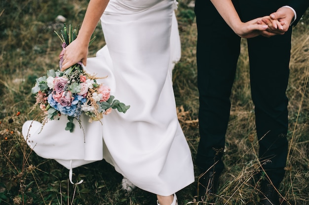 Retrato de uma menina e casais à procura de um vestido de noiva, um vestido rosa voando