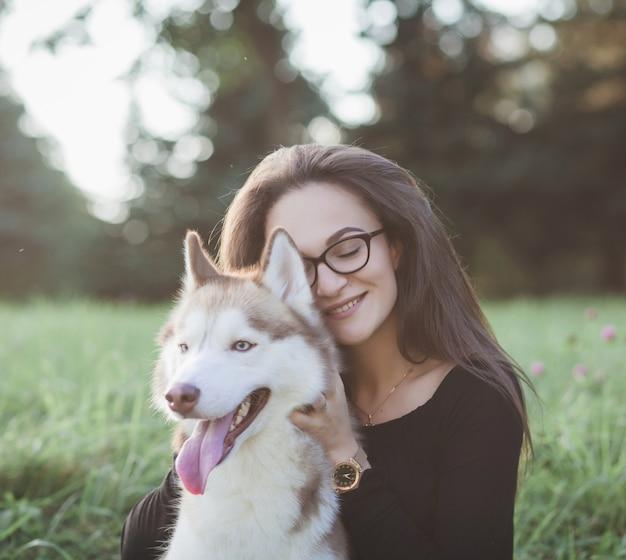 Retrato de uma menina e um cachorro