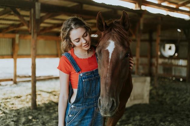 Retrato de uma menina e um cavalo