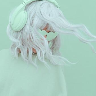 Retrato de uma menina elegante com fones de ouvido