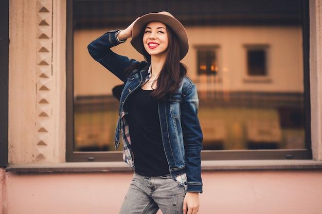 Retrato de uma menina elegante em um chapéu