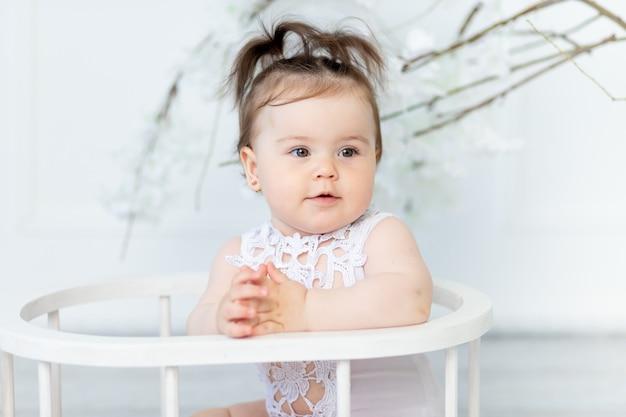Retrato de uma menina em um macacão branco