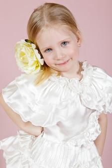 Retrato de uma menina em um vestido com uma flor