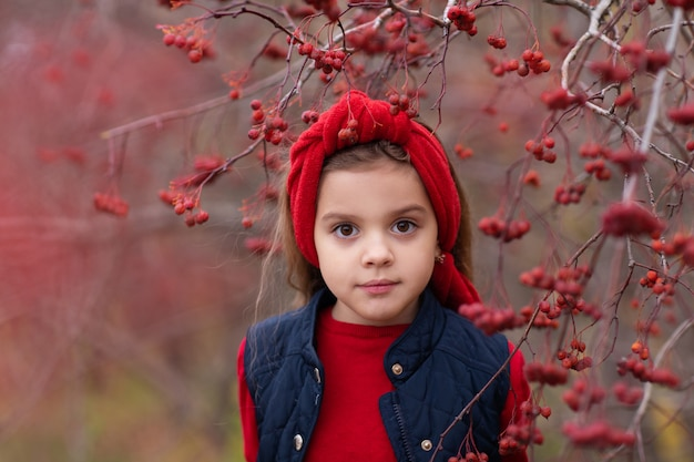 Retrato de uma menina em uma árvore de rowan