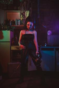 Retrato de uma menina em uma fantasia de estilo cyberpunk. cosplay steampunk. uma mulher em um estilo pós-apocalíptico