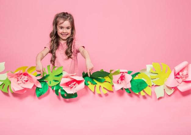 Retrato de uma menina em uma parede rosa de verão