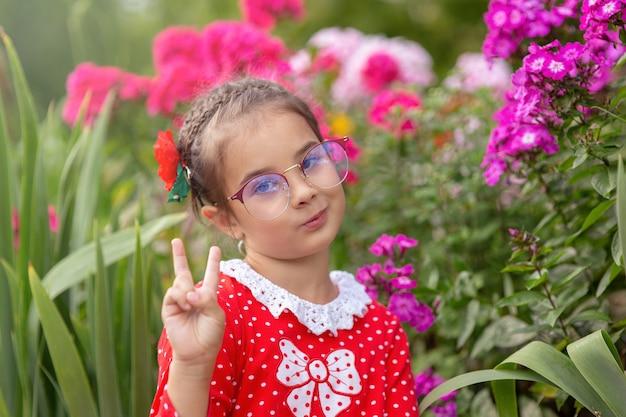 Retrato de uma menina engraçada de óculos
