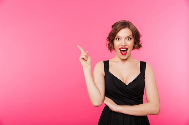 Retrato de uma menina excitada vestida de vestido preto