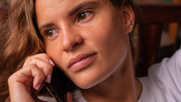 Retrato de uma menina falando ao telefone.