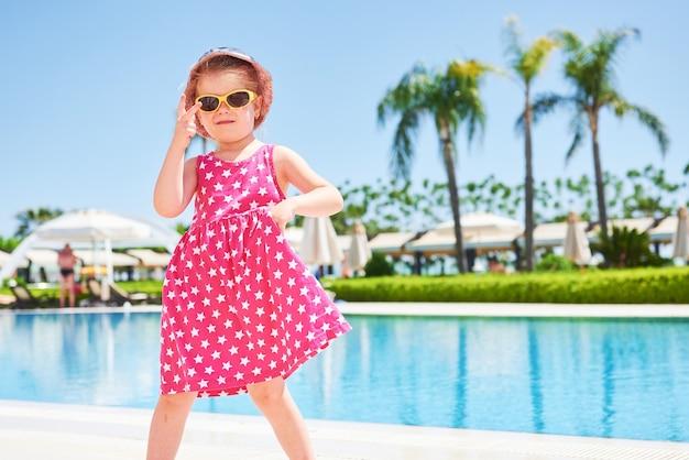 Retrato de uma menina feliz ao ar livre em dia de verão. hotel de luxo amara dolce vita. recorrer. tekirova-kemer. peru.