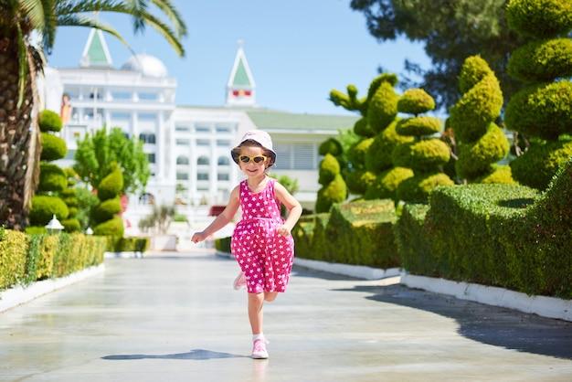 Retrato de uma menina feliz ao ar livre em dia de verão.