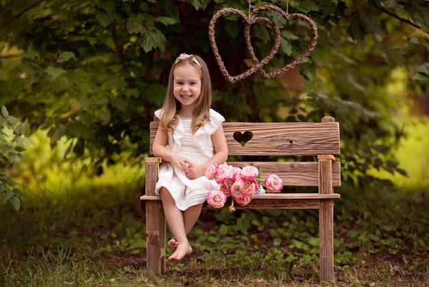 Retrato de uma menina feliz bonitinha no verão no parque.