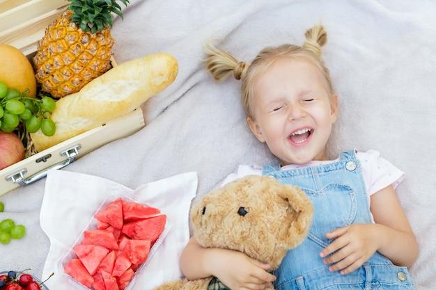 Retrato de uma menina feliz com cabelo loiro. vista do topo