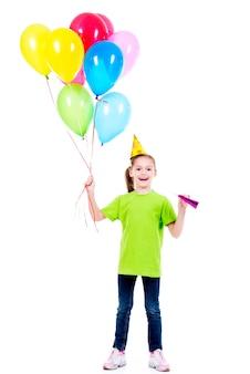 Retrato de uma menina feliz e sorridente em uma camiseta verde segurando balões coloridos - isolado em um branco