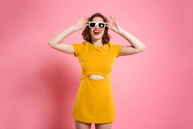 Retrato de uma menina feliz em óculos de sol