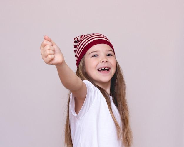 Retrato de uma menina feliz. retrato de uma criança ativa em um chapéu engraçado