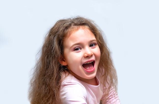 Retrato de uma menina fofa e emotiva, isolado no branco