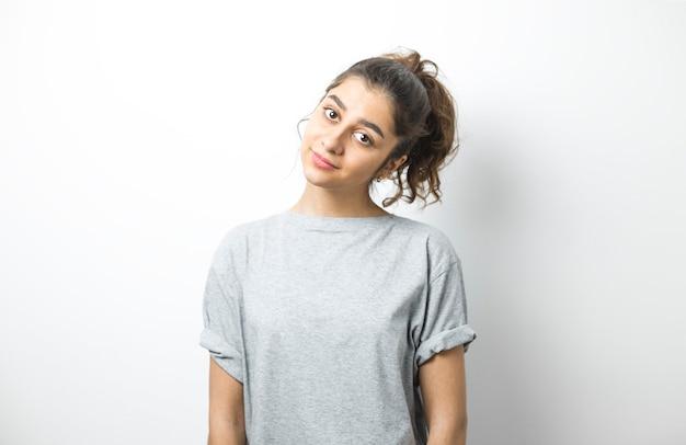 Retrato de uma menina indiana alegre em um fundo branco.