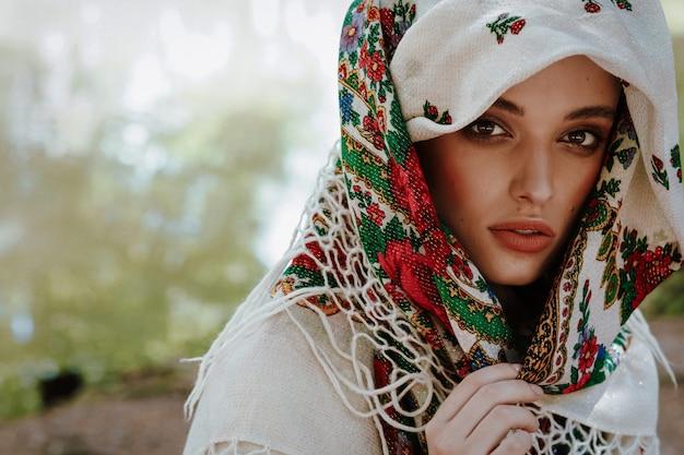 Retrato de uma menina linda em um vestido bordado