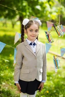 Retrato de uma menina linda escola caucasiano